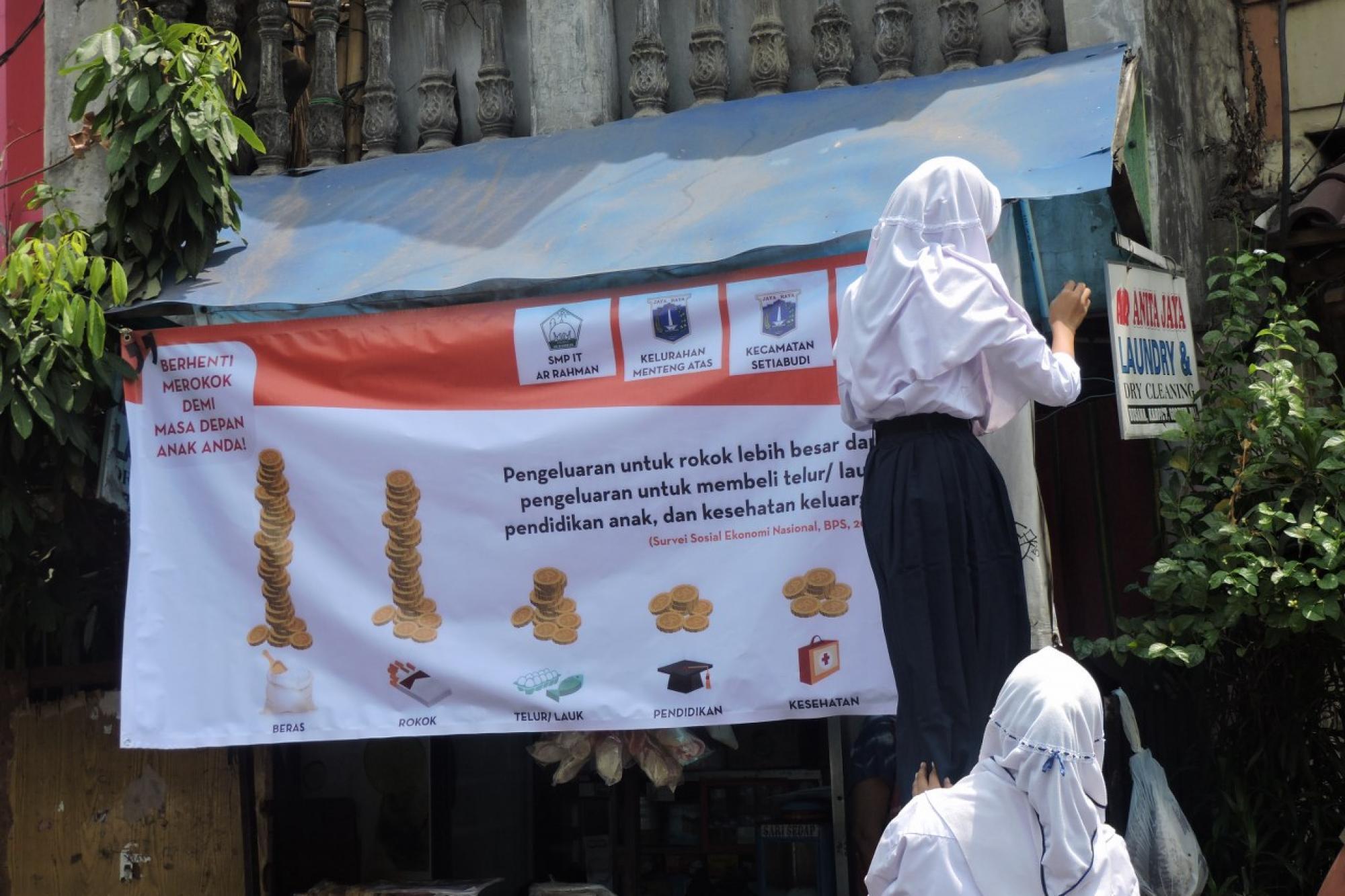 """Aksi """"Bebaskan Sekolah Kami dari Iklan Rokok"""" SMP IT Ar Rahman Jakarta"""