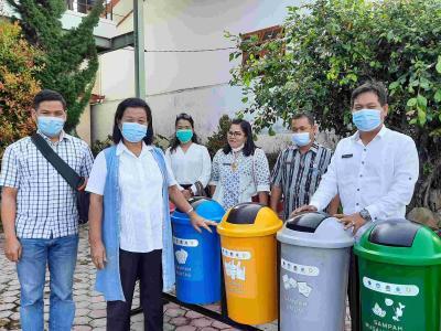 Distribusi Tempat Sampah Terpilah Di Kabupaten Toba